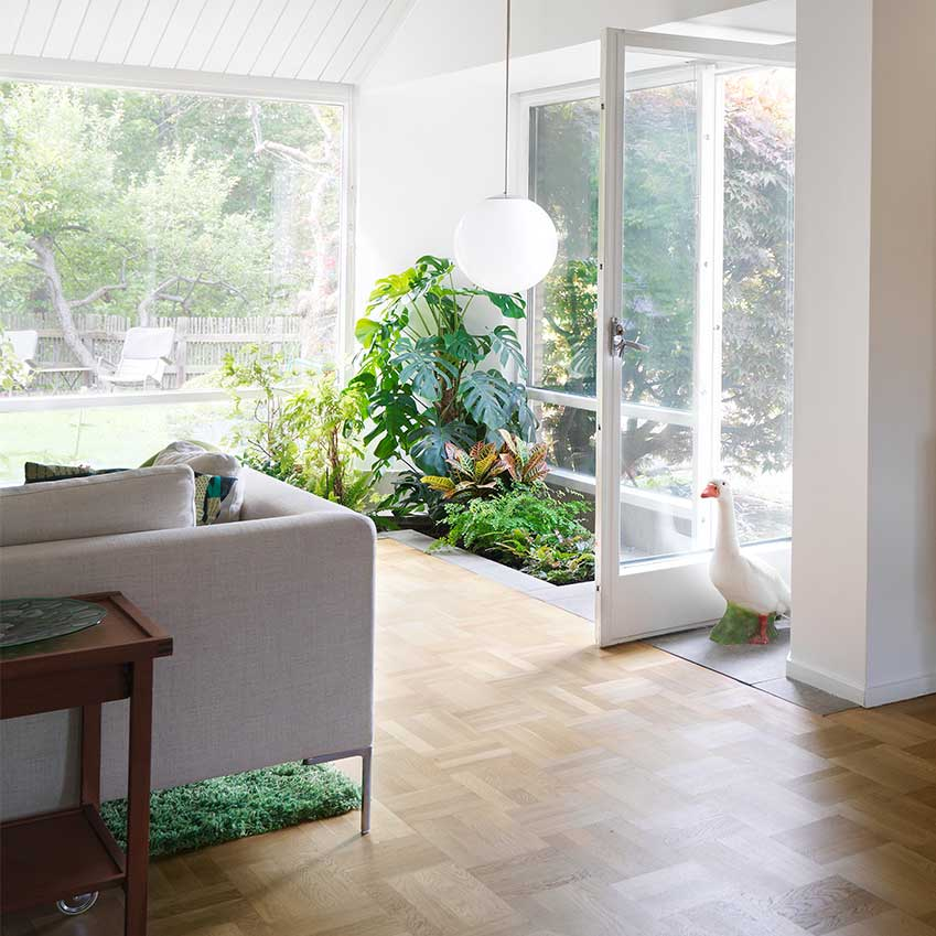 A rug like a lawn and an indoor flower bed, what's not to love! This home belongs to the Editor in Chief of Swedish ELLE Decoration. It was first featured in the June 2016 edition.