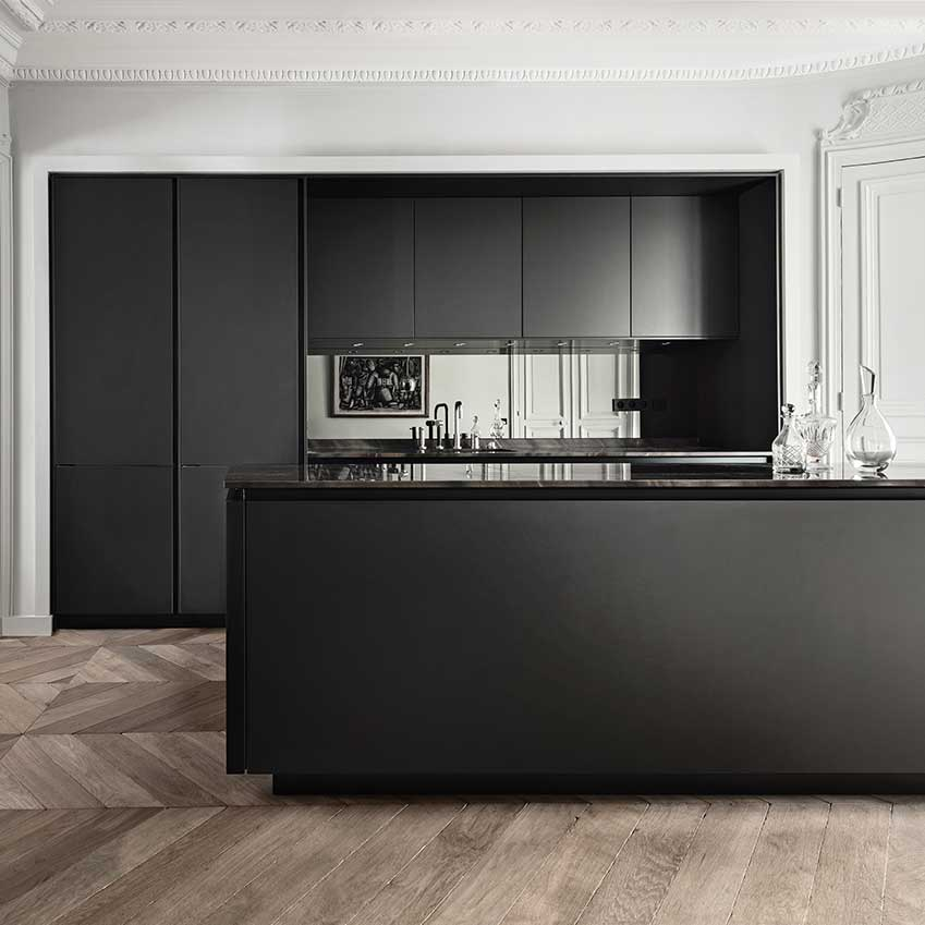 For the ultimate in super sleekness you can probably do no more glam than a mirrored splashback. A nightmare to keep clean, but my goodness it'll look incredible when it is. Kitchen by Siematic. For more details see ELLE Decoration Kitchens Volume 1. Link at end of post.