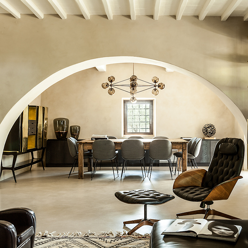 Contemporary materials and cutting-edge furnishings have transformed this 15th Century farmhouse into a thoroughly modern home. First featured in ELLE Decoration Country Volume 10. Photography: Monica Spezia/Living Inside. Production: Marzia Nicolini.