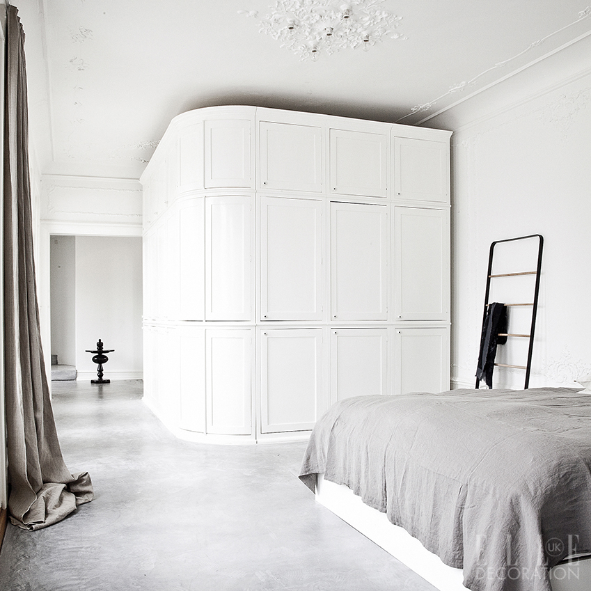 The curved panelled storage wall in this open-plan bed-bath suite helps to conceal the bathroom, resulting in the perfect private retreat<span>Photography: Jonas Bjerre-Poulsen