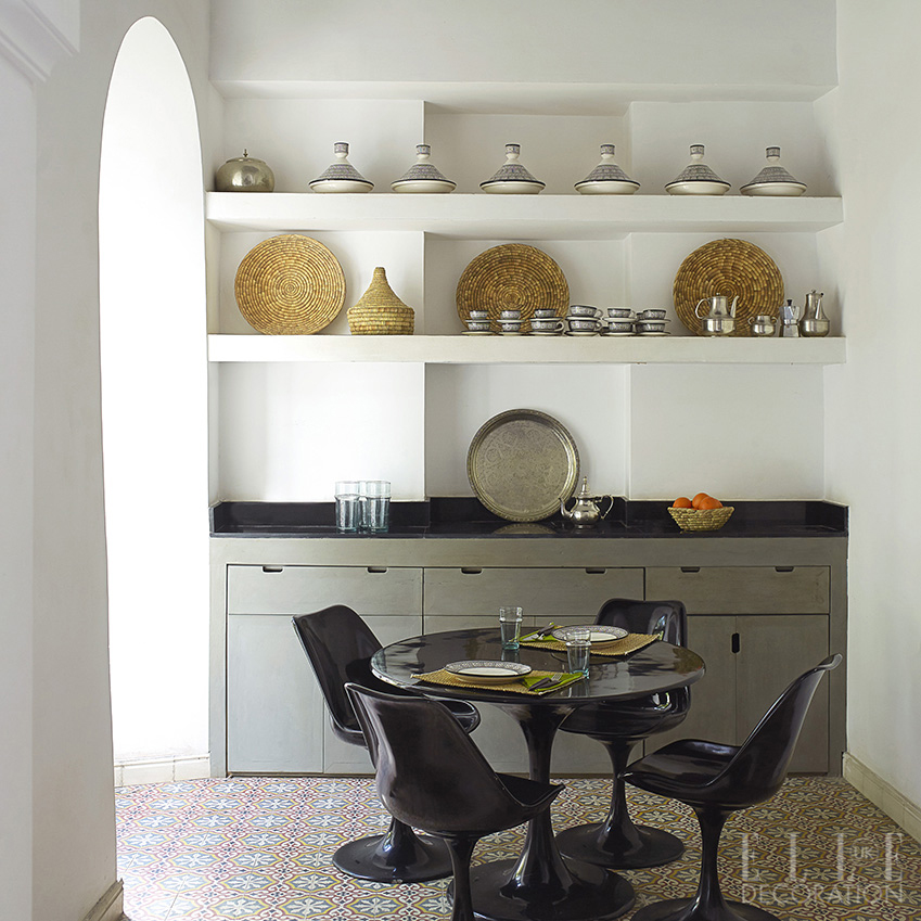 Use open shelving at eye level in a compact kitchen to create the illusion of space, with simple base units for storage <span>Photography: Richard Powers</span>